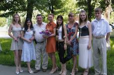 Выпускники-медалисты 11А с директором и классным руководителем